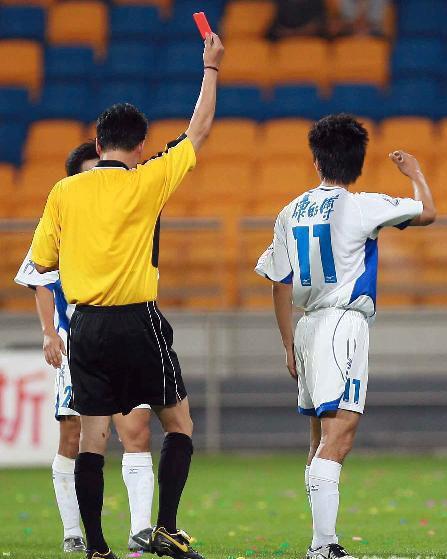 图文:中超第18轮天津2-0沈阳 万大雪误出红牌