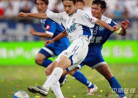 图文:中超第18轮天津2-0沈阳 曹阳点球不进