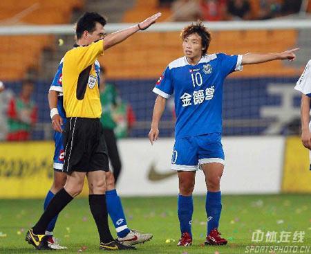 图文:中超第18轮天津2-0沈阳 陈涛对裁判不满