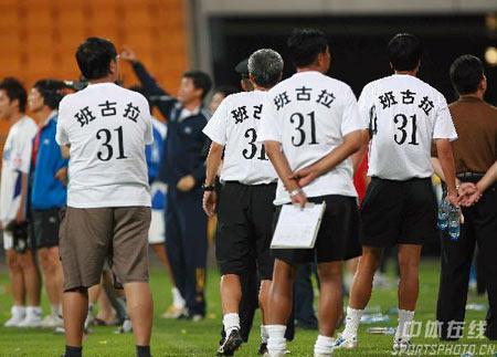 图文:中超第18轮天津2-0沈阳 为班古拉募捐