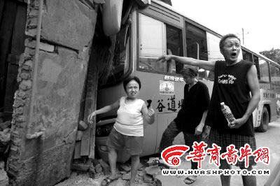 客运车冲进民房 矮个残疾人踩板凳爬出废墟(图)