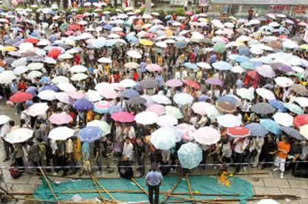 广东乐昌洪水创历史之最 1496名旅客被困(图)