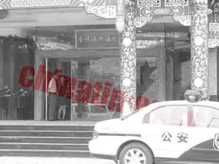 饭店开业当天百人抡板砖群殴 冲突中伤8人(图)