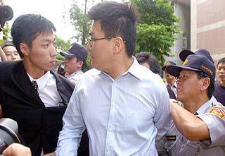 台北地方法院更裁赵建铭以1700万元交保(组图)