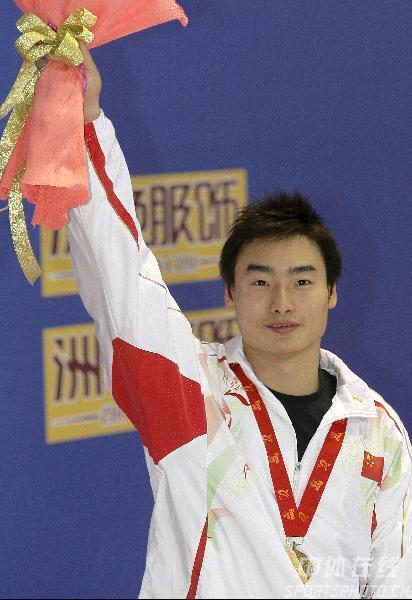 图文:跳水世界杯3米板 秦凯鲜花金牌在身