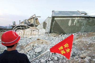 海南三亚湾定向爆破烂尾楼 原地将新建酒店(图)