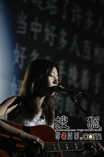 """陈绮贞广州校园""""温柔的火爆"""" 唱哭无数歌迷"""