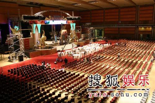 第43届大钟电影节精彩图片 工作人员布置会场