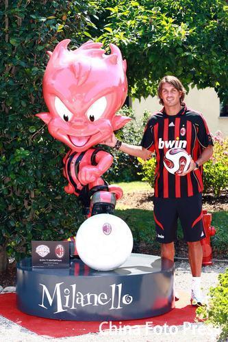 图文:米兰发布新赛季球衣 马尔蒂尼展示新装备