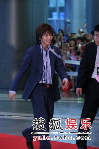 第43届大钟电影节精彩图片 李俊基和影迷招手