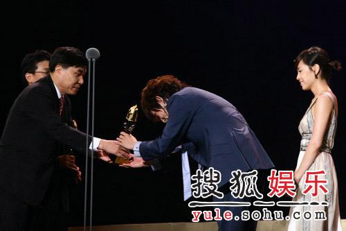 李俊基与姜成妍喜获韩国国内人气奖