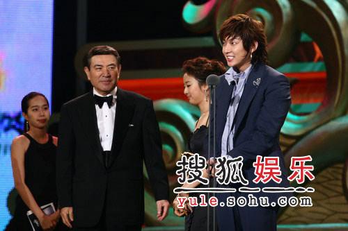 快讯:李俊基获最佳新人奖 谢谢奶奶和导演