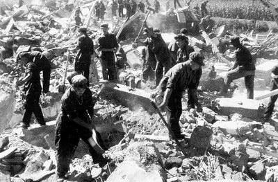 人民解放军战士在烈日下紧张清除倒塌的水泥废墟-震殇 巍巍天轮