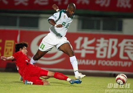 中甲第14轮 浙江1-0领先北京 奥兰多带球突破