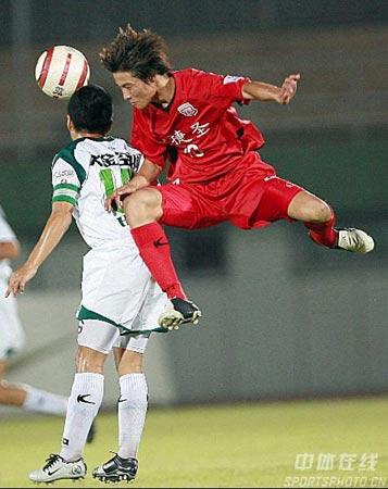 中甲第14轮浙江1-0领先北京 刘峻鹏(右)争抢