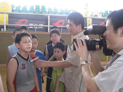 图文:李秋平篮球夏令营 记者采访场上小球员