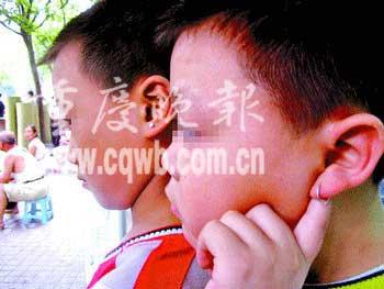 十岁男孩戴耳环 母亲称孩子造型前卫讨人爱(图)