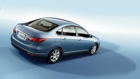 """昨日(7月23日),东风日产年度新车""""轩逸""""正式宣布上市,并推出配置不同的3个版本,轩逸2.0L XE售价为16.78万元,2.0L XL售价为17.68万元,2.0L XV售价为19.98万元。业内人士认为,轩逸的价格与同档次的其他车型相比,价格偏低,这将有助于轩逸在市场上的表现。另外,与其他车型上市早、交车晚不同,轩逸车在8月份即可交到消费者手中"""