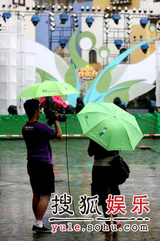 图:欢乐谷现场 - sohu娱乐工作人员雨中采访