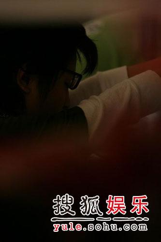 图:欢乐谷现场 - 周笔畅冒雨现身(3)