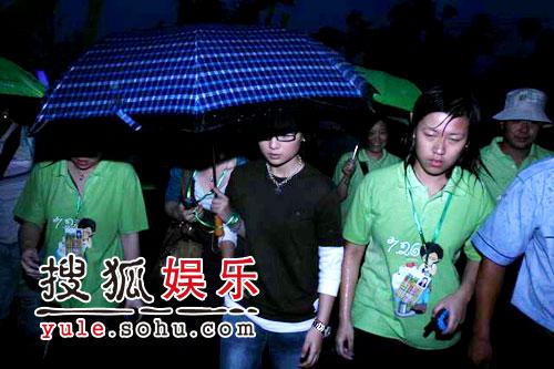 图:欢乐谷现场 - 周笔畅冒雨现身(5)