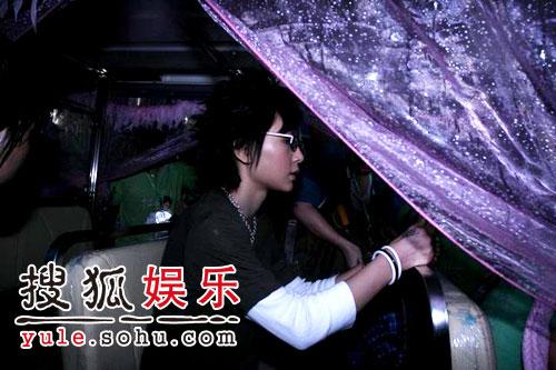 图:欢乐谷现场 - 周笔畅冒雨现身(6)