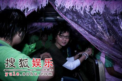 图:欢乐谷现场 - 周笔畅冒雨现身(7)