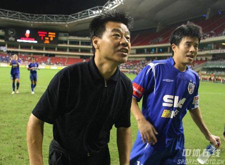 图文:中超第20轮申花1-0深圳 李毅在比赛中