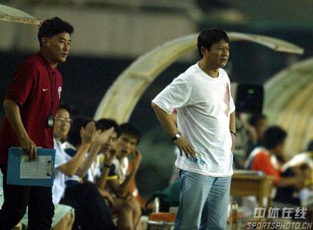 图文:中超第20轮辽宁0-0蓝狮 唐尧东场边观战