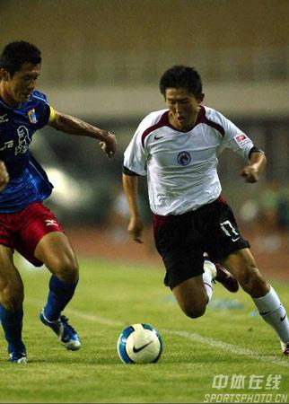 图文:中超第20轮辽宁0-0蓝狮 藏海利带球突破