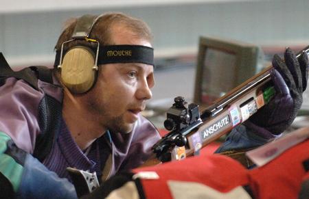 图文:射击世锦赛白俄选手夺冠 马蒂诺夫比赛中