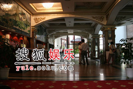 《鹿鼎记》剧组众演员抵达酒店(1)