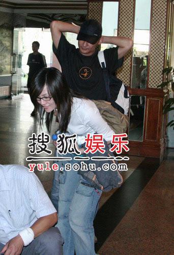 《鹿鼎记》剧组众演员抵达酒店(2)
