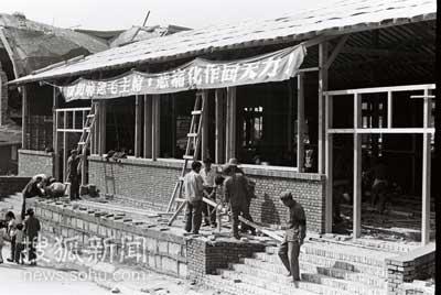 图文:解放军同志带头重建家园
