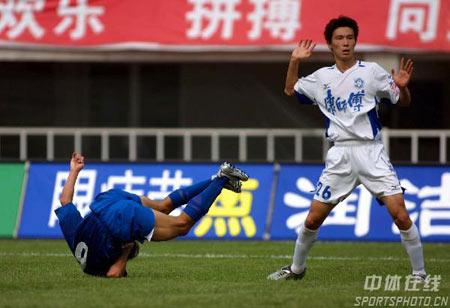 图文:中超第20轮西安1-1天津 西安球员倒栽葱