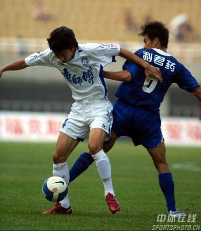 图文:中超第20轮西安1-1天津 双方球员背靠背