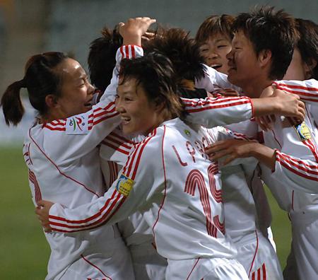 图文:女足亚洲杯中国1-0朝鲜 队员进球后庆祝