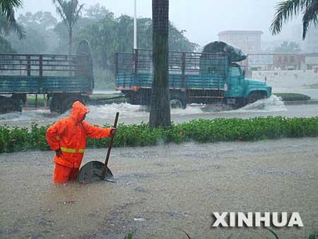 广西北海普降大暴雨 路段积水市民出行难(组图)