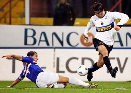 阿迪达斯签约足球明星索拉里带球突破