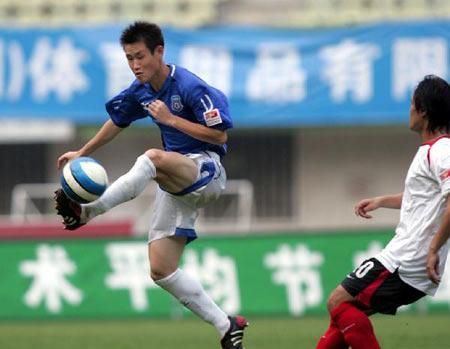 图文:中超联赛21轮青岛2-0辽宁 青岛球员突破