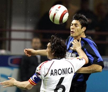 阿迪达斯签约足球明星索拉里头球争顶