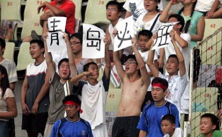 图文:中超联赛21轮青岛2-0辽宁 青岛球迷