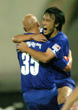图文:中超-武汉0-2申花 杜威庆祝进球