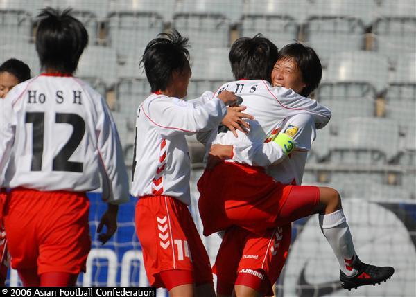 图文:朝鲜3-2险胜日本获季军 朝鲜队员防守