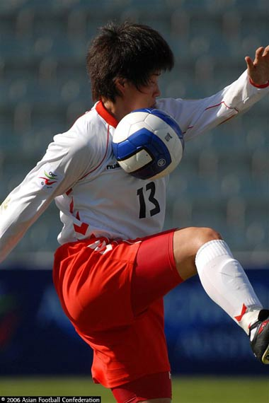 图文:朝鲜3-2险胜日本获季军 朝鲜队员控球