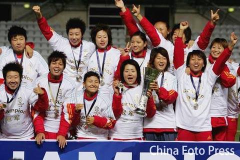 图文:女足亚洲杯决赛中国夺冠 众玫瑰举起奖杯
