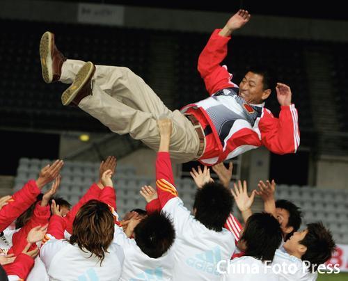 图文:女足亚洲杯决赛中国夺冠 小马哥被抛起