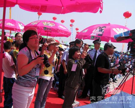 网媒记者赴托克托县参加奶牛选美大赛颁奖仪式