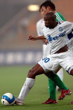 图文:中超第21轮天津0-0北京 亨利与对手拼抢
