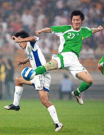 图文:中超联赛21轮天津0-0北京 周挺在争抢